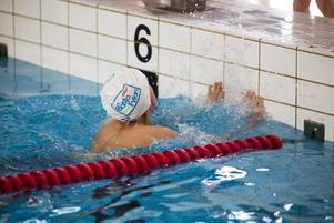 Det är viktigt att den deltagaren som går i mål nuddar väggen med båda händerna. Först då får nästa simmare starta.