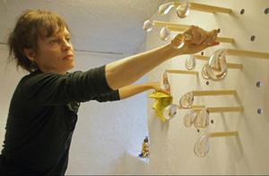 Vattendroppar, svampar och diverse djur dyker upp när glaskonstnären Ulla Gustafsson ställer ut konst på Drejeriet i Östersund.