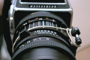 En Hasselbladare med ett digitalt bakstycke ingår i fotoutrustningen.