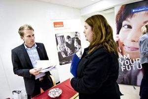 Åsa Lindkvist från Vedevåg har valt att vara aktiv i sitt sökande efter ett fast jobb. Därför reste hon in till rekryteringsmässan i Örebro och mötte bland andra Markus Holm från bemanningsföretaget Adecco.BILD: LENNART LUNDKVIST