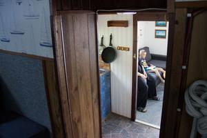 Från båtfören skymtas Johanna och sonen Jack, i full gång med att spela tv-spel.