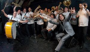 Spelglada. Boban och Marko Markovics orkester inleder årets festival Musik vid Mälaren med att spela zigenarmusik.