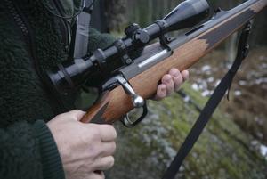 På vissa håll i landet är väntetiderna på vapenlicens orimlig långa, menar regeringen.