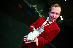 Vill Muminflickan kanske prova om de försilvrade skorna passar? Christoffer Ohlsson är tekniker, spelar hovmannen i Bettysagorna och har ytterligare roller när Teaterverkstan sätter upp hela sju pjäser inom loppet av tio dagar.