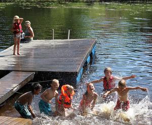 Att bada är den absolut mest populära aktiviteten på daglägret på Hyttön utanför Älvkarleby. Varken regnväder eller snoken som sägs bo i vassen vid bryggan avskräcker barnen från att plaska runt i vattnet varje dag.