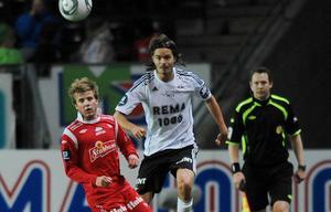 Simen Rafn till vänster är klar för Gefle IF. Här är han i duell med svenska landslagets Mikael Lustig där denne spelade i Roseborg.