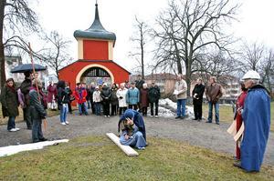 Vandringen avslutades med korsfästelse utanför Ulrika Eleonora kyrka. Efter vandringen väntade kvällsfika och gudstjänst i kyrkan.