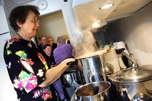 Ella Jordan har bjudit alla sina bekanta på kålsoppa i snart 30 år. Sju kålhuvuden har hon gjort soppa på i år.